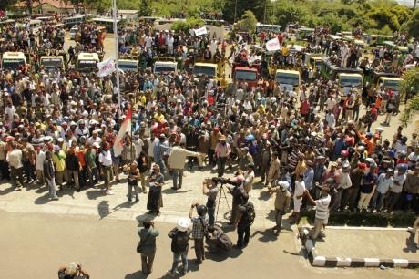 aksi 8000 orang di DPRD, lokasi tambang dan kantor Bupati Manggarai Barat, April 2012.